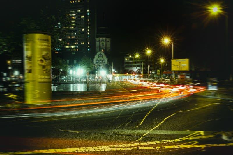 Rascacielos viejo rojo de la ventana de la casa del laser del bulbo de la noche de la calle de Timeexposure de la ciudad de Messp fotos de archivo