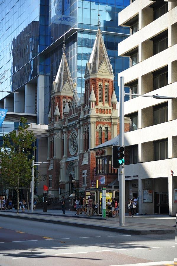 Rascacielos y casa vieja en el ajuste de la ciudad con tráfico en Perth fotos de archivo libres de regalías