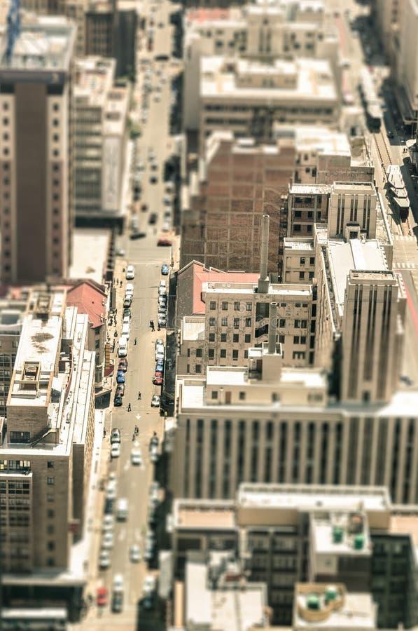 Rascacielos y gente común de la vida en el distrito financiero fotografía de archivo libre de regalías