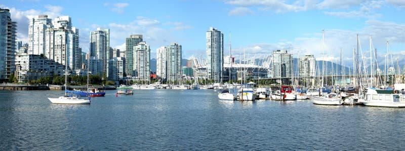 Rascacielos y puerto deportivo en la cala falsa Vancouver A.C. imagen de archivo