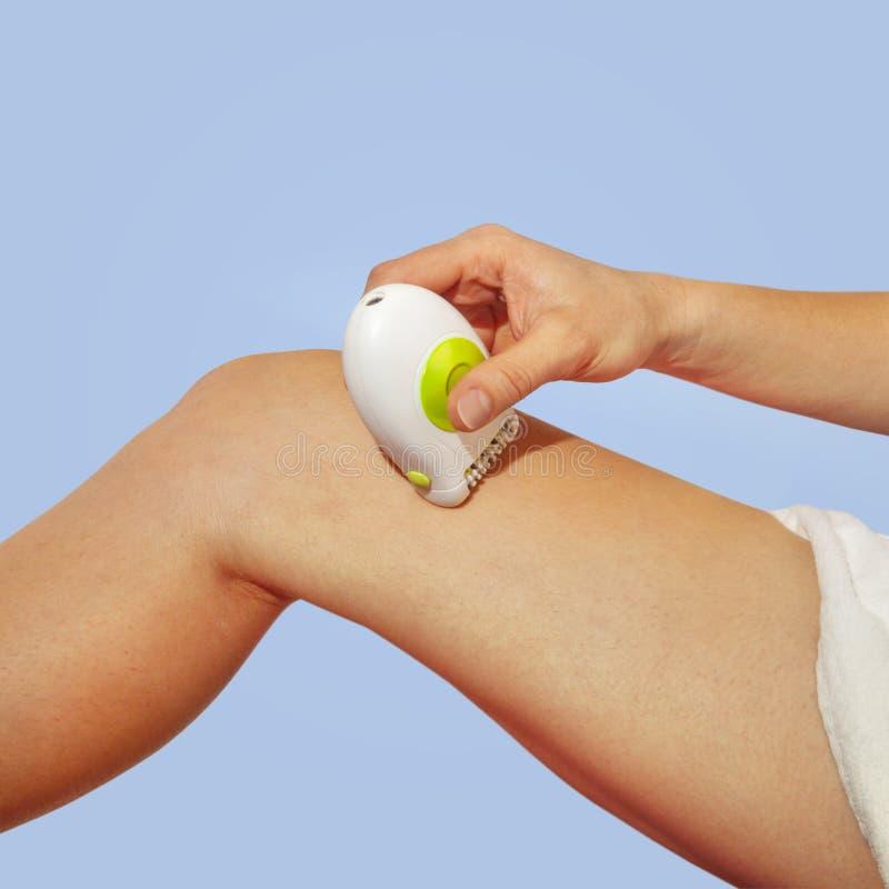 Rase la jambe par l'epilator blanc photo stock