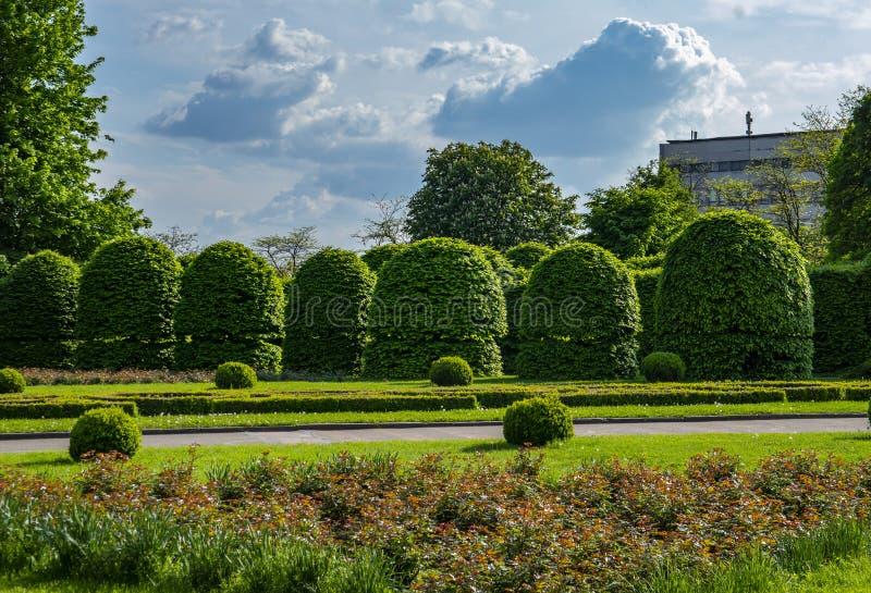 Rasen und Blumenbeete eines allgemeinen Parks stockfotos