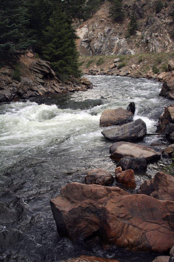 Rasender Fluss lizenzfreies stockbild