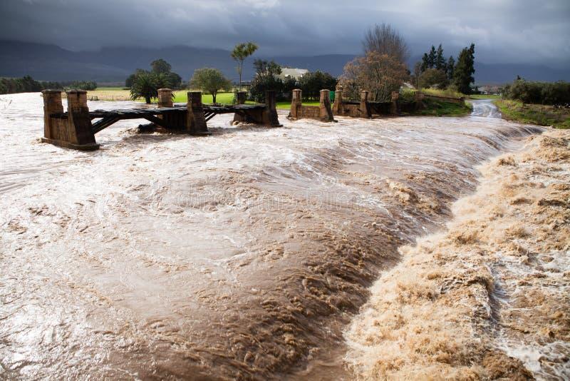 Rasendes Flutwasser von einem Fluss in der Flut lizenzfreie stockfotos