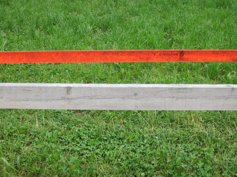 Rasenfläche mit roter Abgrenzung lizenzfreie stockbilder