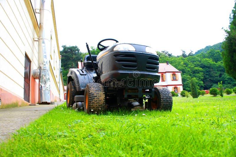Rasenmäher auf dem Gras stockfoto