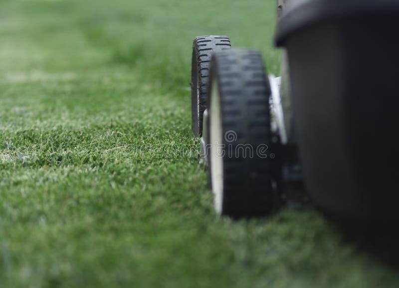 Download Rasenmähmaschine stockbild. Bild von blechschrott, landschaftsgestaltung - 9086289