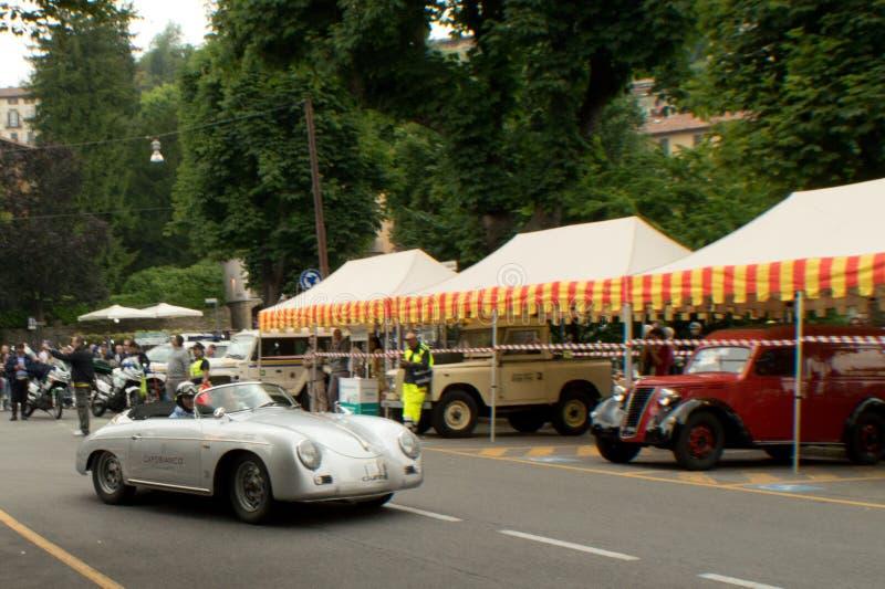 Raser Porsches 356 in Bergamo historischer Grandprix 2015 stockfotografie