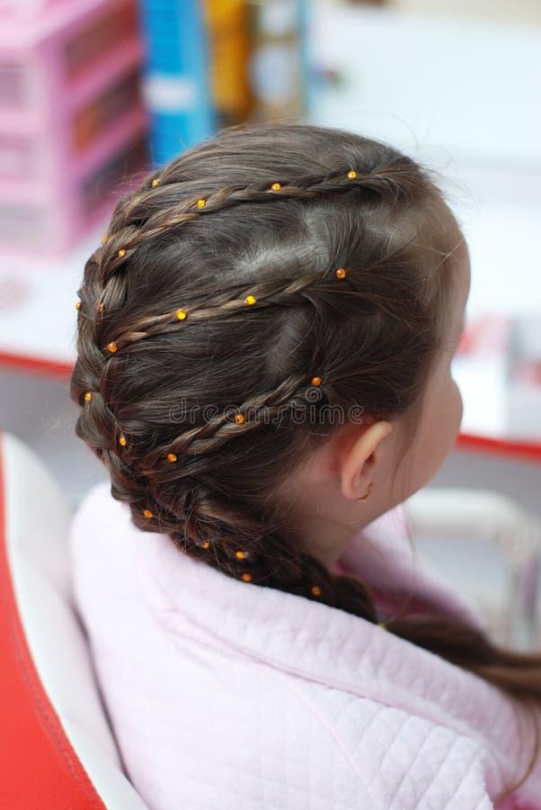 raseur-coiffeur Salon de coiffure coiffure Cheveux tressés de retour d'une petite fille images libres de droits