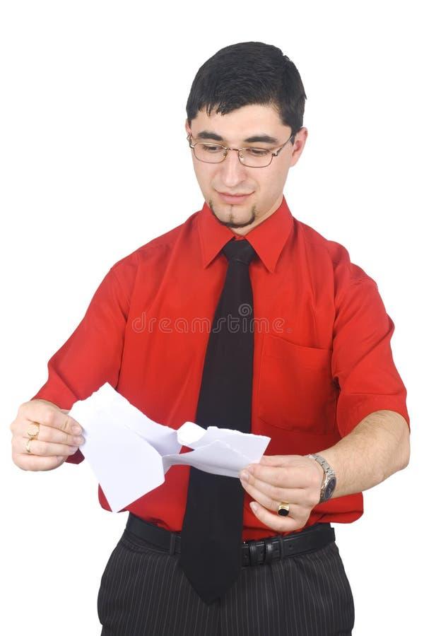 Rasgón del hombre de negocios a las hojas de los pedazos del papel foto de archivo libre de regalías