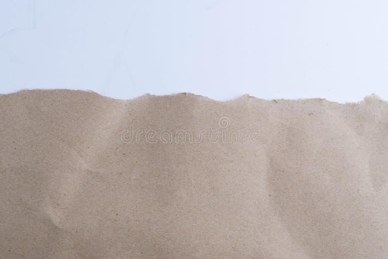 Rasgado en documento marrón sobre blanco foto de archivo libre de regalías