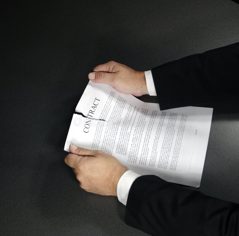 Rasgadura para arriba de un contrato fotografía de archivo libre de regalías