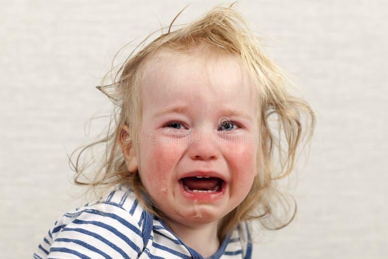 Rasgones gritadores de la emoción del pelo rubio del bebé del retrato fotos de archivo libres de regalías