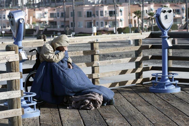 Rasgos dos sem abrigo e casas cor-de-rosa imagens de stock