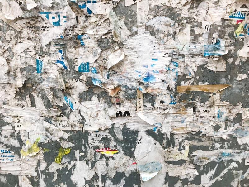 Rasgos en la pared de anuncios antiguos imagen de archivo libre de regalías