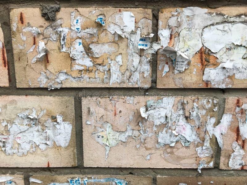 Rasgos en la pared de anuncios antiguos fotografía de archivo