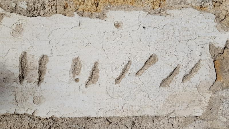 Rasguños verticales y diagonales cortos en vieja superficie dilapidada de la pared del estuco imagen de archivo libre de regalías
