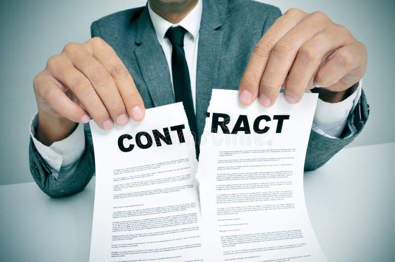 Rasgue acima o contrato foto de stock
