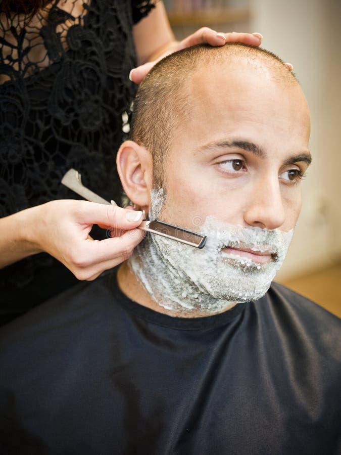 Rasieren am Haarsalon lizenzfreie stockfotos