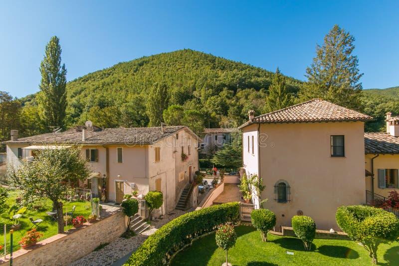 Rasiglia es un pueblo medieval situado en el centro de Italia, famoso por las corrientes de agua que cruzan la ciudad Se llamaba  imagen de archivo