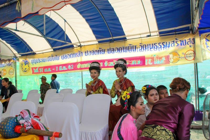 Rasisalai Sisaket, THAILAND - MAJ 31,2019: Den thail?ndska gruppen som utf?r thail?ndsk musik, och den thail?ndska dansen i fornt arkivbild