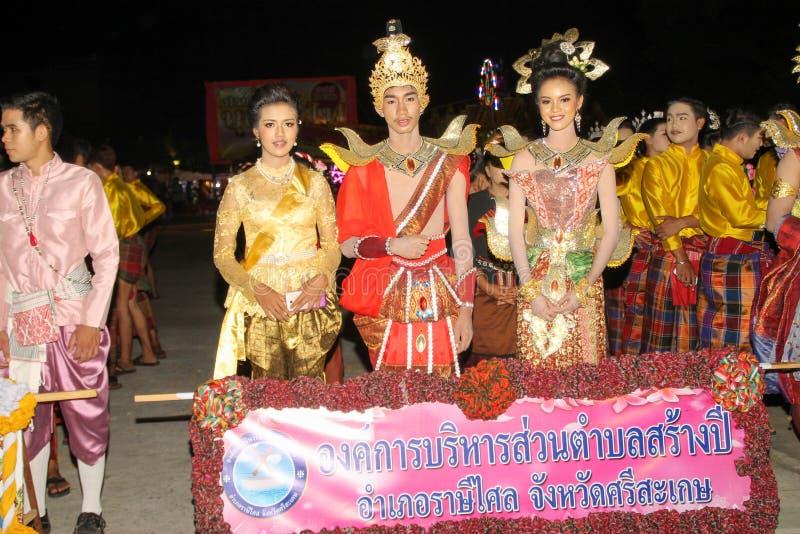 Rasisalai Sisaket, THAILAND - MAJ 31,2019: Den thail?ndska gruppen som utf?r thail?ndsk musik, och den thail?ndska dansen i fornt royaltyfri foto