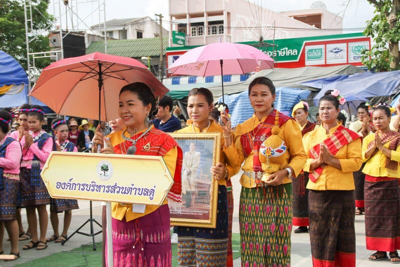 Rasisalai, Sisaket, THAILAND - MEI 31,2019: Thaise groep die Thaise muziek en het Thaise dansen in de oude parade van het Raketfe stock afbeeldingen
