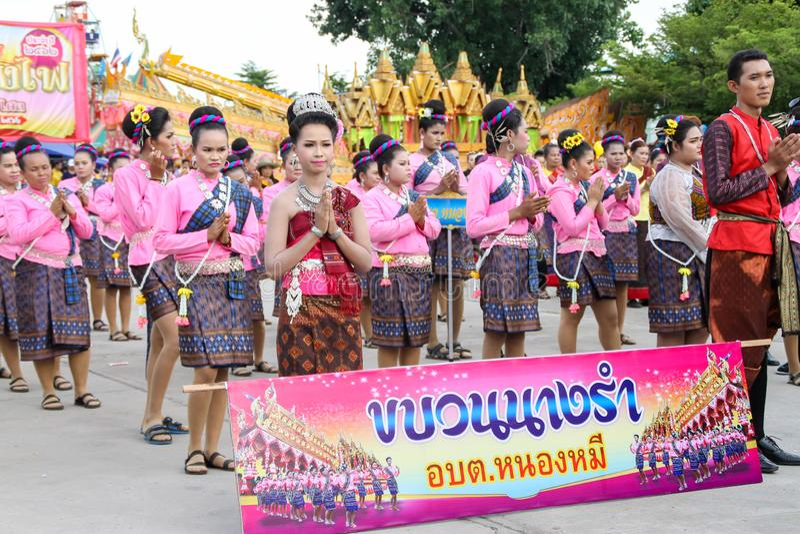 Rasisalai, Sisaket, THAILAND - MEI 31,2019: Thaise groep die Thaise muziek en het Thaise dansen in de oude parade van het Raketfe stock foto