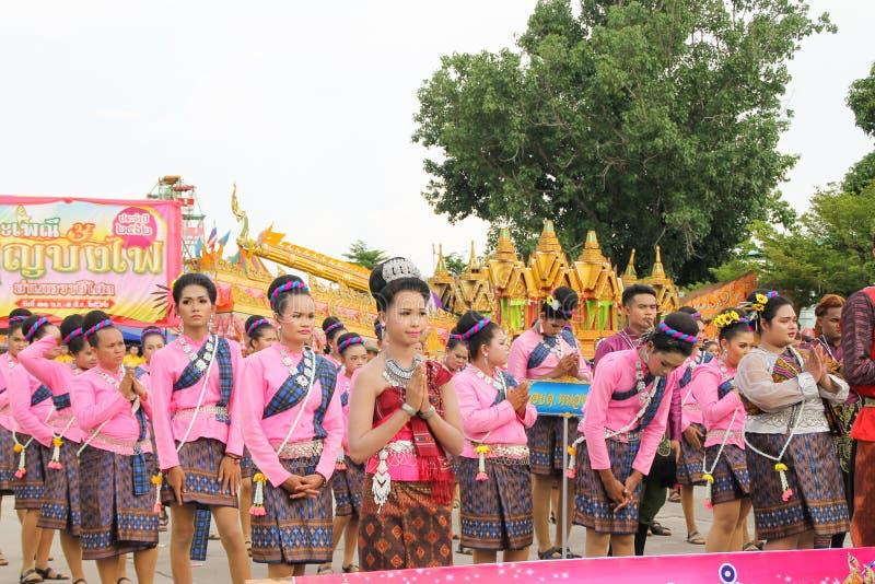 Rasisalai, Sisaket, THAILAND - MEI 31,2019: Thaise groep die Thaise muziek en het Thaise dansen in de oude parade van het Raketfe royalty-vrije stock afbeeldingen