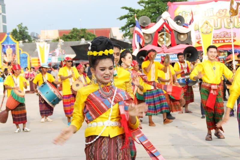 Rasisalai, Sisaket, THAILAND - MEI 31,2019: Thaise groep die Thaise muziek en het Thaise dansen in de oude parade van het Raketfe royalty-vrije stock foto's