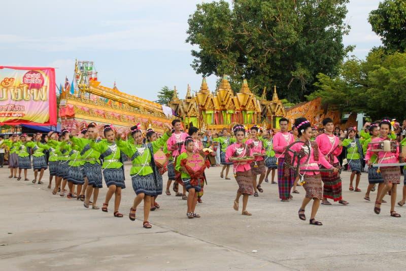 Rasisalai, Sisaket, THAILAND - MEI 31,2019: Thaise groep die Thaise muziek en het Thaise dansen in de oude parade van het Raketfe stock fotografie
