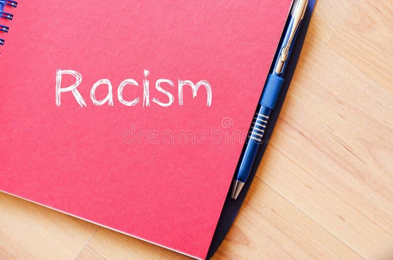 Rasism skriver på anteckningsboken arkivbild