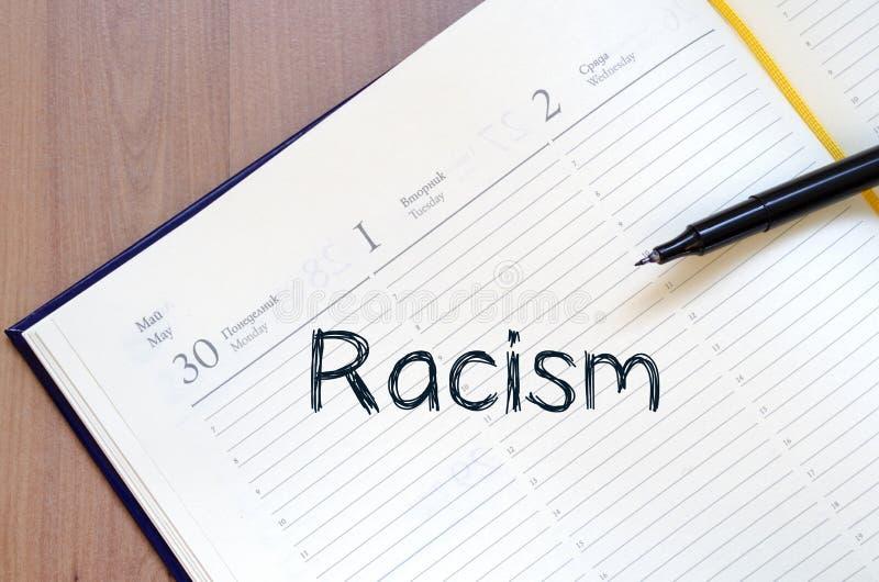 Rasism skriver på anteckningsboken royaltyfri bild