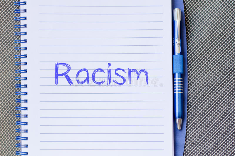 Rasism skriver på anteckningsboken arkivfoton