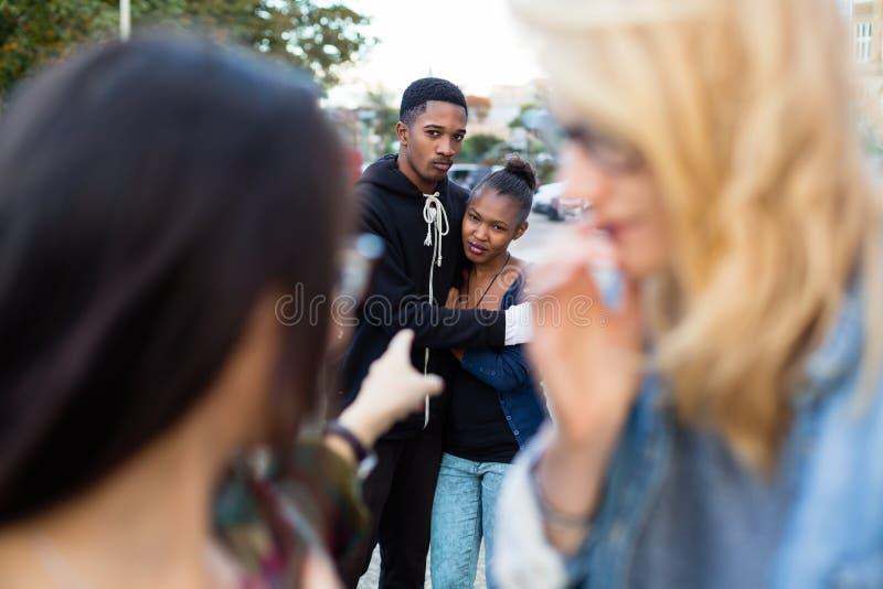 Rasism - svart par som trakasseras arkivbild