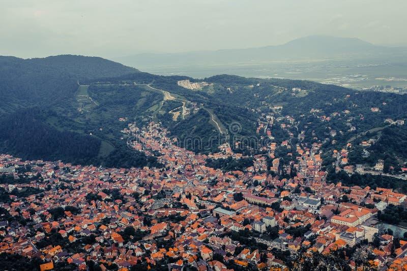 Rasnov罗马尼亚老镇的红瓦顶的全景鸟瞰图  免版税图库摄影