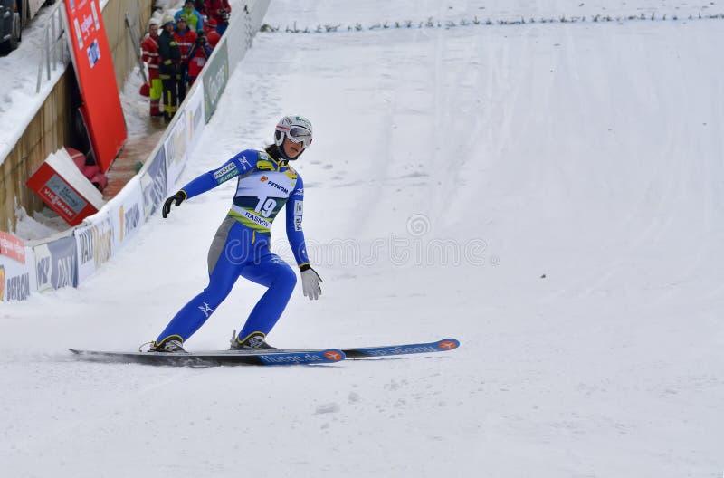 Rasnov, Румыния - 7-ое февраля: Неизвестный шлямбур лыжи состязается в дамах кубка мира прыжков с трамплина FIS стоковая фотография rf