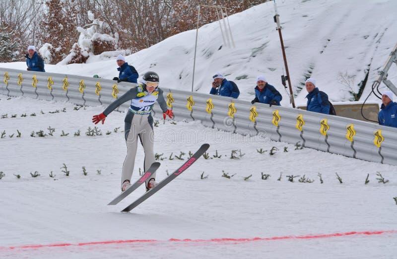 Rasnov, Румыния - 7-ое февраля: Неизвестный шлямбур лыжи состязается в дамах кубка мира прыжков с трамплина FIS 7-ого февраля 201 стоковое изображение rf