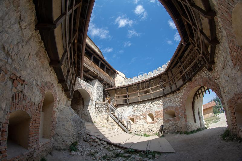 Rasnov citadell från Brasov, sikt för Rumänien insidadomstol arkivbild