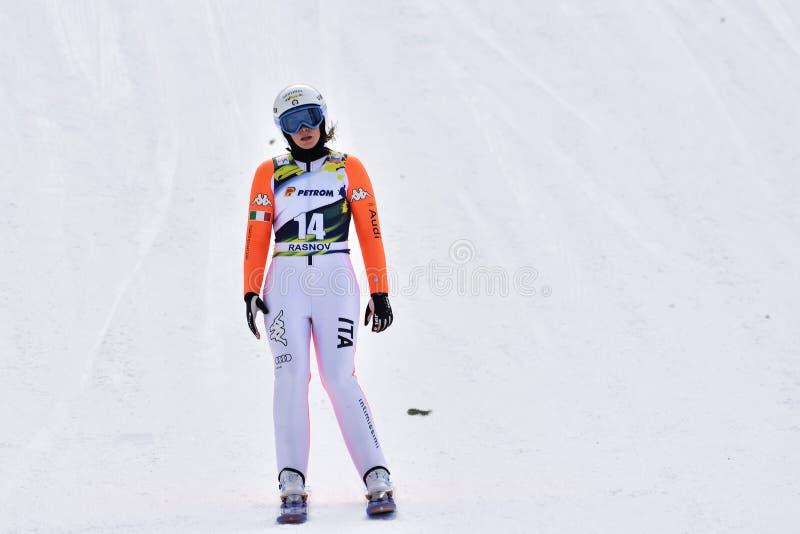 Rasnov, Romênia - 7 de fevereiro: A ligação em ponte de esqui desconhecida compete no FIS Ski Jumping World Cup Ladies o 7 de fev fotografia de stock