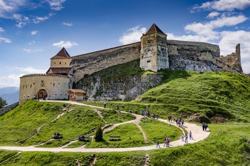 Rasnov, Romênia - em maio de 2017: Vista larga do pátio interno da citadela de Rasnov no condado Romênia de Brasov foto de stock