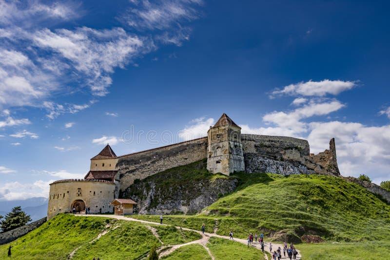 Rasnov, Romênia - em maio de 2017: Vista larga do pátio interno da citadela de Rasnov no condado Romênia de Brasov imagem de stock