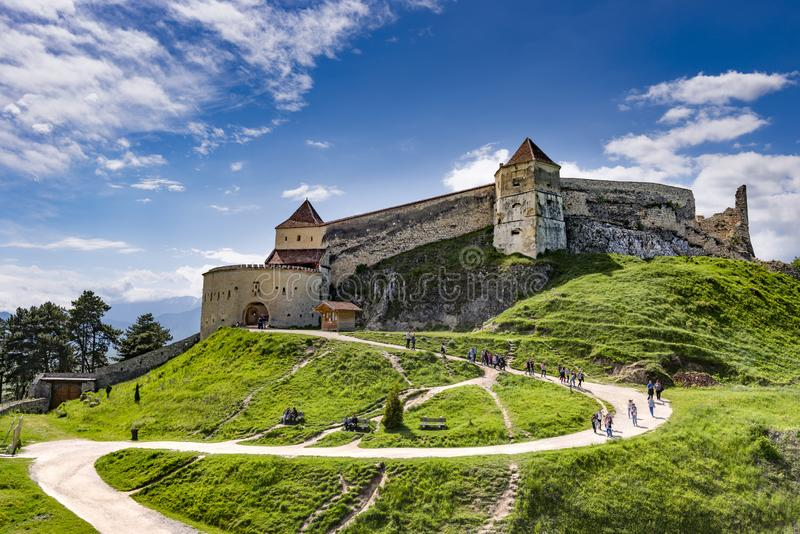 Rasnov, Romênia - em maio de 2017: Vista larga do pátio interno da citadela de Rasnov no condado Romênia de Brasov imagem de stock royalty free