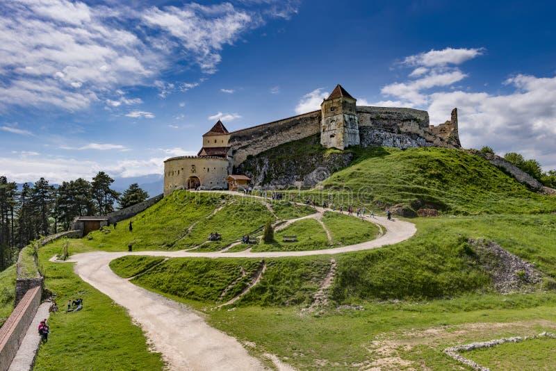 Rasnov, Romania - maggio 2017: Ampia vista del cortile interno della cittadella di Rasnov nella contea Romania di Brasov fotografie stock