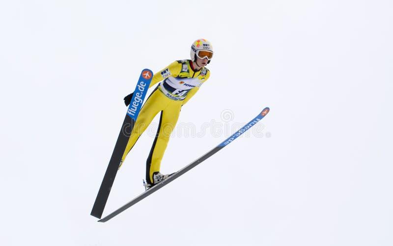 Rasnov, Roumanie - 7 février : Le pullover de ski inconnu concurrence dans le FIS Ski Jumping World Cup Ladies images libres de droits
