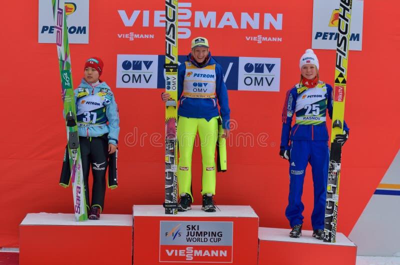 Rasnov, Roumanie - 7 février : Le pullover de ski inconnu concurrence dans le FIS Ski Jumping World Cup Ladies photographie stock