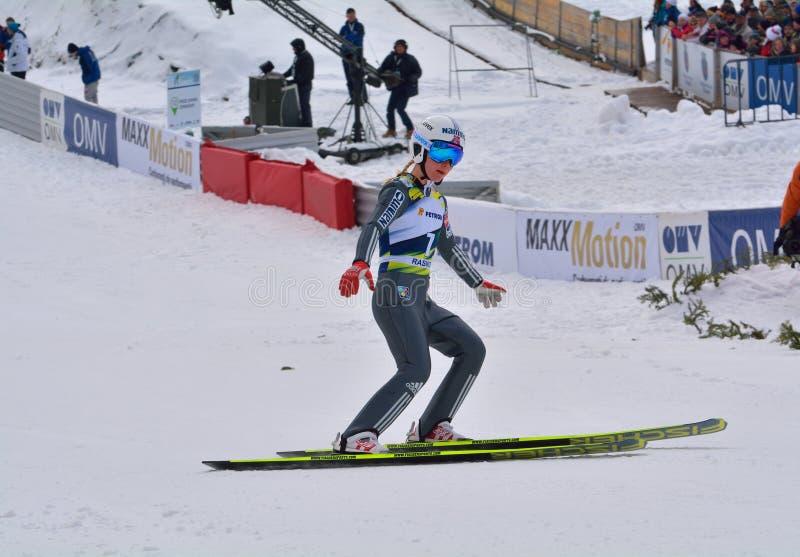Rasnov, Roumanie - 7 février : Le pullover de ski inconnu concurrence dans le FIS Ski Jumping World Cup Ladies photographie stock libre de droits