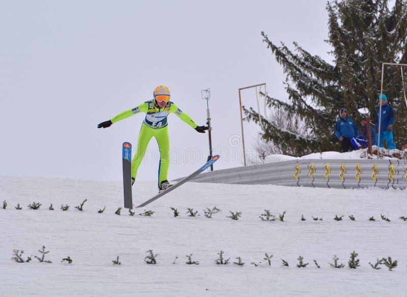 Rasnov, Roumanie - 7 février : Le pullover de ski inconnu concurrence dans le FIS Ski Jumping World Cup Ladies photo libre de droits
