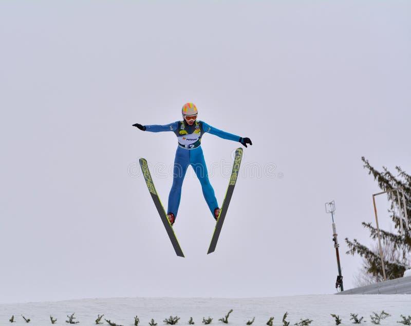 Rasnov, Rumänien - 7. Februar: Unbekannter Skispringer konkurriert im FIS Ski Jumping World Cup Ladys lizenzfreie stockbilder