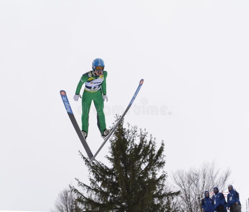 Rasnov, Rumania - 7 de febrero: El puente de esquí desconocido compite en el FIS Ski Jumping World Cup Ladies el 7 de febrero de  foto de archivo
